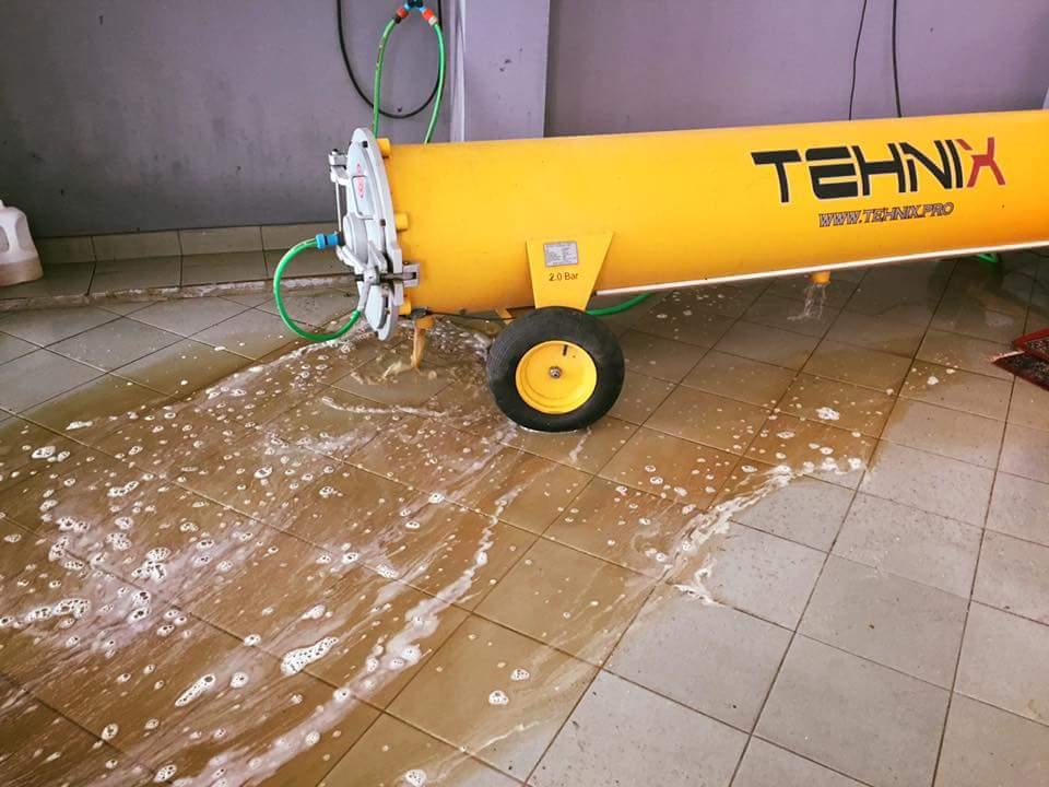 Tokom rada centrifuga za pranje tepiha izbacuje vodu