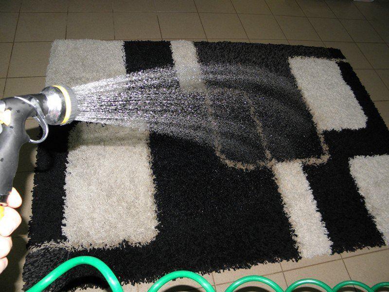 Postupak pranja tepiha nanosenjem vode
